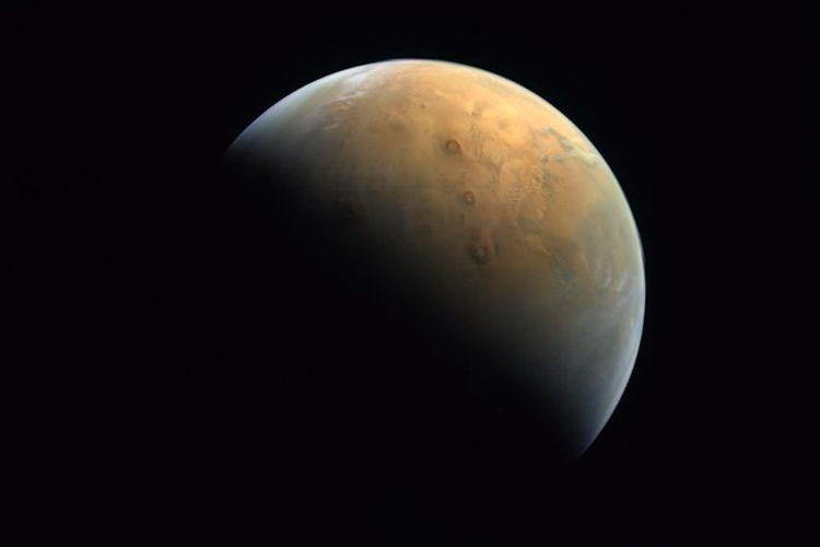 Foto pertama Mars yang dirilis dari misi luar angkasa UEA, di mana gambar tersebut diambil dengan jarak 25.000 km di atas permukaan tanah Mars. [@HHShkMohd/Twitter]