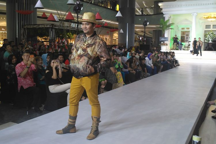 Indra Bekti tampil dalam fashion show brand pakaian miliknya di Lippo Mall Puri, Kembangan, Jakarta Barat, Selasa malam (14/8/2018).