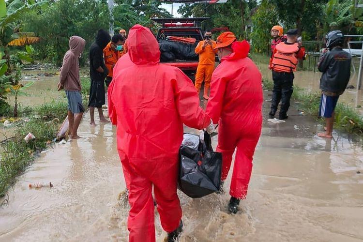 Basarnas Bandung, Jawa Barat, saat mengevakuasi korban meninggal dunia dampak banjir di Indramayu.