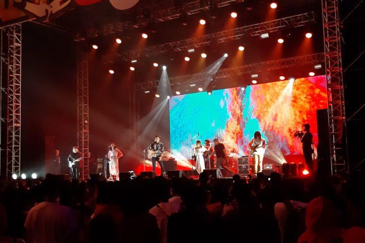 Penampilan Barasuara di hari kedua We The Fest 2019 di Jiexpo, Kemayoran, Jakarta Pusat, Sabtu (20/7/2019).