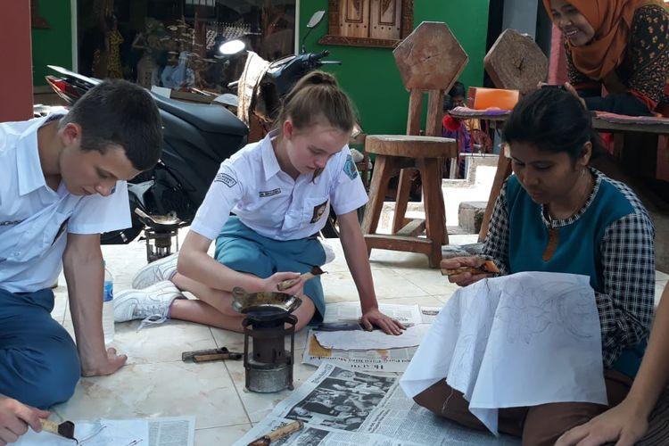 11 Pelajar Asal Jerman Belajar Membatik di Adisty Batik Alas Penggaron