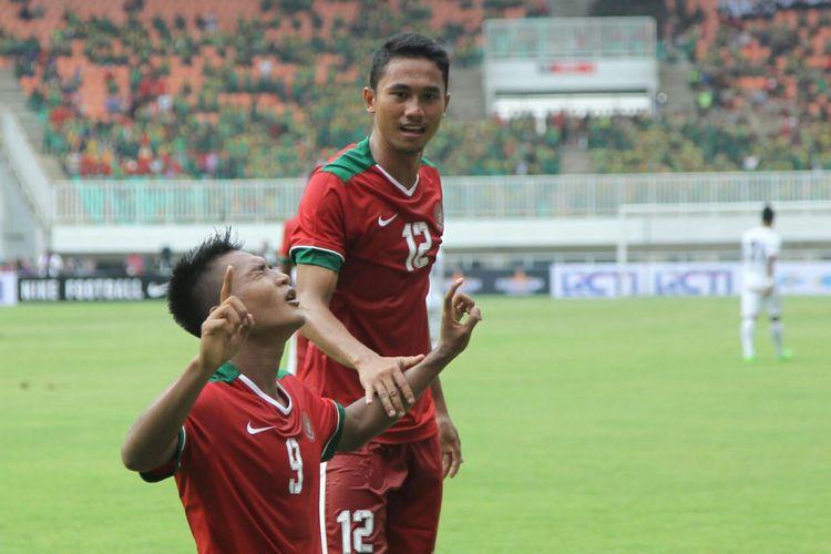 Striker Timnas Indonesia U-22, Nur Hardianto (kiri) dan bek Ricky Fafrin Saputra, melakukan selebrasi setelah Nur Hardianto menjebol gawang Myanmar dalam uji coba di Stadion Pakansari, Cibinong, Bogor, Selasa (21/3/2017).