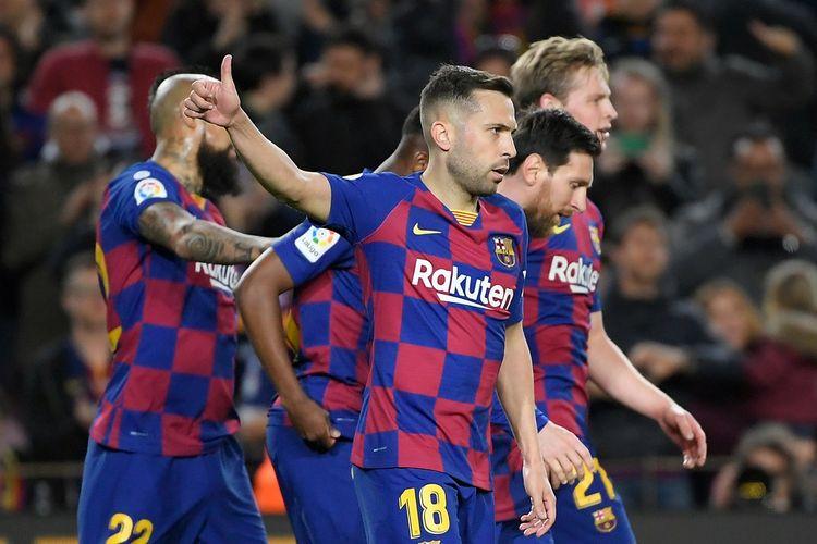 Bek Barcelona Spanyol Jordi Alba merayakan setelah mencetak gol yang dianulir selama pertandingan sepak bola liga Spanyol antara FC Barcelona dan Real Sociedad di stadion Camp Nou di Barcelona pada 7 Maret 2020.