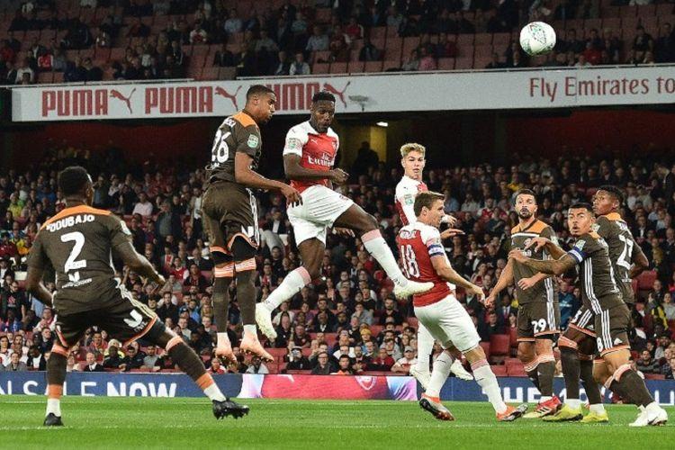Danny Welbeck mencetak gol pembuka Arsenal ke gawang Brentford pada pertandingan Piala Liga Inggris di Stadion Emirates, 26 September 2018.