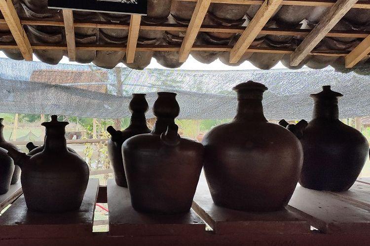 Beberapa kendi yang merupakan hasil kerajinan gerabah Kelompok Gerabah Arum Art, Dusun Klipoh, Borobudur, Magelang.