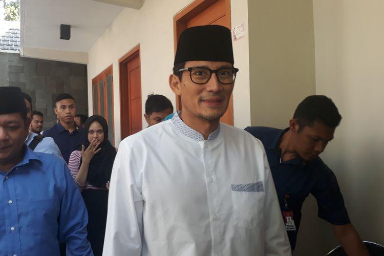 Calon wakil presiden nomor urut 02, Sandiaga Uno, saat takziah di rumah salah satu petugas KPPS yang meninggal di Jalan Ngagel Jaya Utara, Surabaya, Rabu (15/5/2019).