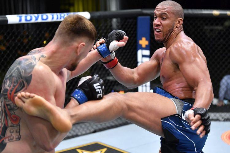 Petarung UFC asal Perancis Ciryl Gane beraksi kontra Alexander Volkov pada duel di UFC Vegas 30, UFC Apex, Las Vegas, Nevada, AS, pada Minggu (27/6/2021) pagi WIB.