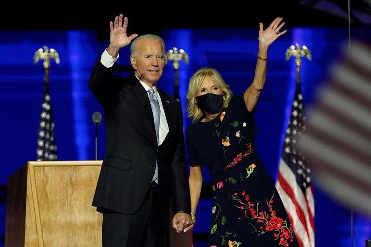 Presiden terpilih Amerika Serikat (AS) Joe Biden bersama istrinya, Dr Jill Biden, melambaikan tangan ke arah suporter setelah memberikan pidato dari Chase Center di Wilmington, Delaware, pada 7 November 2020. Setelah empat hari dengan tensi tinggi di Pilpres AS, Biden terpilih sebagai pemenang mengalahkan petahana Donald Trump.