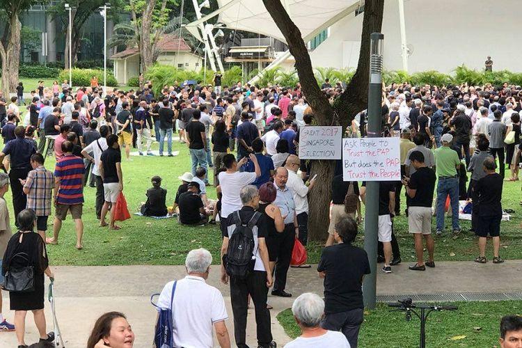 Warga Singapura turun ke Taman Hong Lim Sabtu (16/9/2017) menggelar aksi protes terhadap pemilihan presiden di negeri pulau itu.