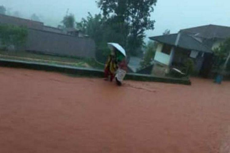 Banjir bandang dan longsor menerjang dua wilayah kecamatan di Sumedang, Jawa Barat, Kamis (25/3/2021) sore.