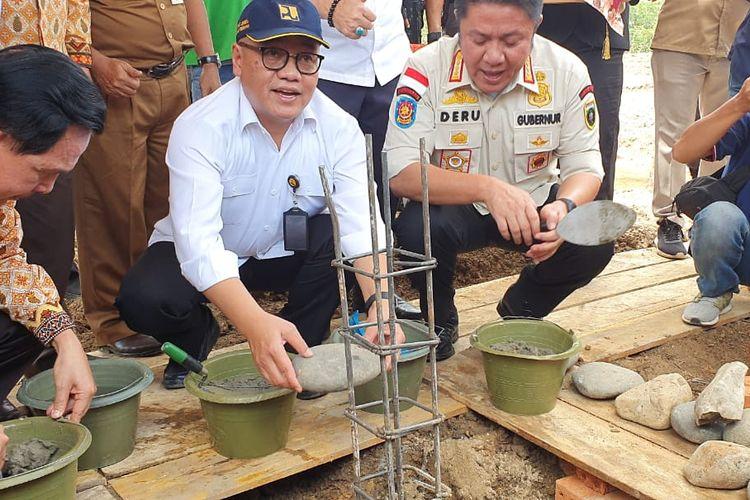 Direktur Jenderal Penyediaan Perumahan Kementerian PUPR Khalawi Abdul Hamid saat melakukan Ground Breaking Rumah Berbasis Komunitas Petugas Kebersihan Kota Prabumulih di Prabumulih, Provinsi Sumatera Selatan, Kamis (27/2/2020).