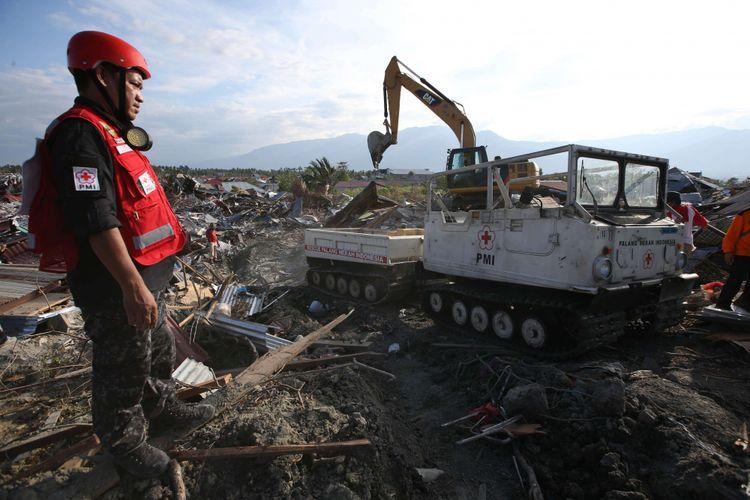 Anggota Paling Merah Indonesia mencari korban hilang akibat gempa bumi di Petobo, Palu, Sulawesi Tengah, Jumat (5/10/2018). Petobo menjadi salah satu wilayah yang paling parah terdampak gempa karena dilalui sesar Palu Koro.