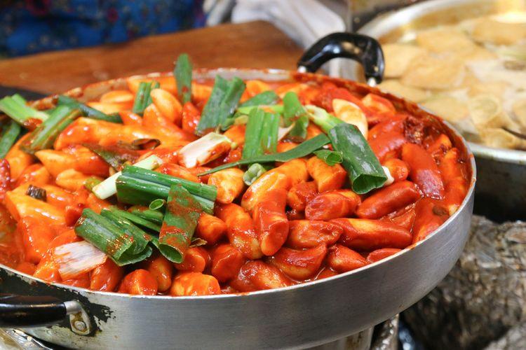 Ilustrasi kuliner Korea : kue beras saus pedas (tteokbokki).