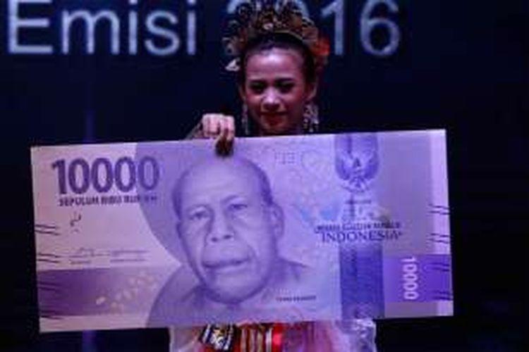 Tampilan uang NKRI baru di Gedung Bank Indonesia, Senin (19/12/2016). Bank Indonesia meluncurkan uang NKRI baru dengan menampilkan 12 pahlawan nasional, Adapun uang desain baru yang diluncurkan hari ini mencakup tujuh pecahan uang rupiah kertas dan empat pecahan uang rupiah logam.
