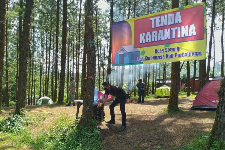 Pemerintah Desa (Pemdes) Serang, Kecamatan Karangreja, Purbalingga, Jawa Tengah menyiapkan tenda karantina bagi pemudik di tengah hutan pinus kompleks wisata Lembah Asri Serang, Kamis (30/4/2020). Tenda Karantina Desa Serang