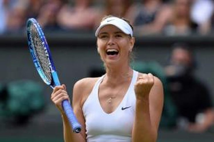 Petenis Rusia Maria Sharapova berselebrasi usai memukul petenis Ameria Serikat Coco Vandeweghe dalam perempat-final Wimbledon 2015 di All England Tennis Club, Wimbledon, London, 7 Juli 2015. Sharapova menang 6-3, 6-7, 6-2.