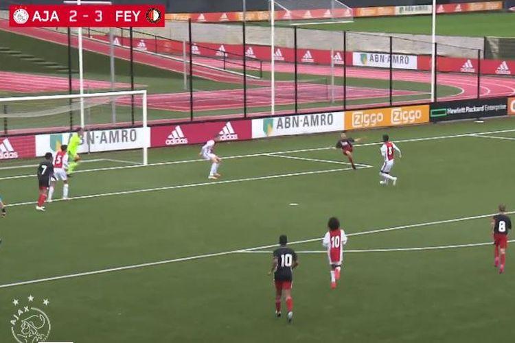 Shaqueel van Persie menjadi salah satu bintang saat tim Feyenoord U15 menghancurkan Ajax U15 dengan skor 3-8 di Stadion De Toekomst, lapangan akademi Ajax.