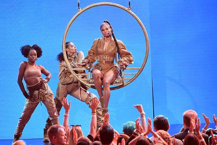 Ciara tampil dalam American Music Awards (AMAs) 2019 di Microsoft Theater, LA, AS, Minggu (24/11/2019) waktu setempat. Selain pembacaan pemenang nominasi, ajang penghargaan tahunan yang kembali dihelat untuk ke-47 kalinya itu juga diisi dengan penampilan istimewa sejumlah musisi papan atas dunia.