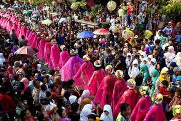 1.000 pelajar didandani untaian bunga khas Perawan Ngarot mengikuti Karnaval Cimanuk, Rabu (7/10/2015).