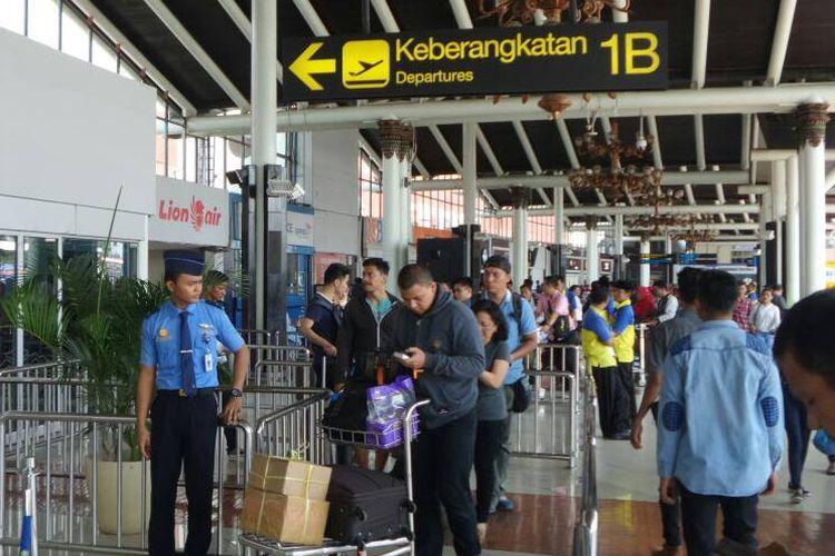 Pemudik mulai memadati terminal keberangkatan dan kedatangan domestik Bandara Soekarno-Hatta, Tangerang, Selasa (20/6/2017). Puncak arus mudik via Bandara Soekarno-Hatta diprediksi jatuh pada H-2 hingga H-1 Lebaran.