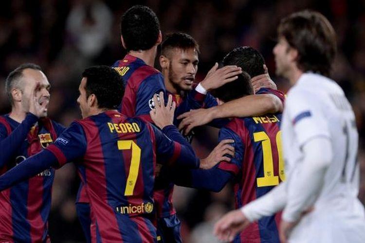 Para pemain Barcelona saat merayakan gol Lionel Messi ke gawang Paris Saint-Germain pada matchday keenam Grup F Liga Champions di Camp Nou, Rabu (10/12/2014).