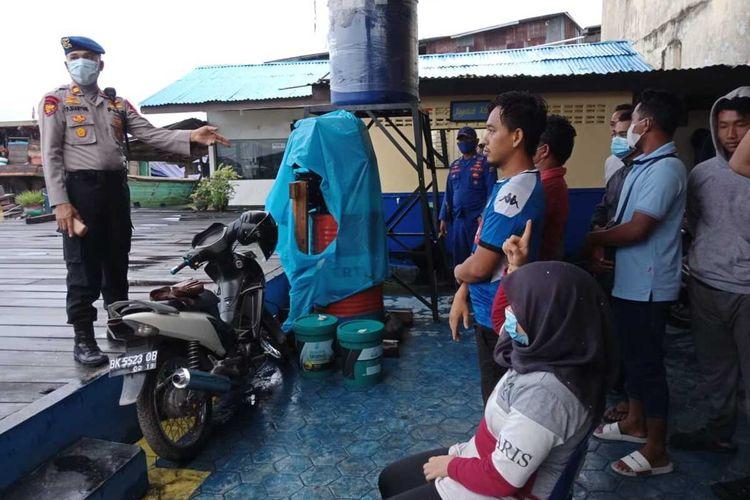 14 orang TKI dari Malaysia ini ditelantarkan di pinggir hutan di Kuala Sei Baru, Asahan dan ditemukan Sat Pol Air Polres Tanjung Balai bersama Personil Polairud Polda Sumut pada Rabu (29/4/2020) dini hari. Sementara kapal yang mengangkutnya dari Malaysia sudah tidak ada di tempat.