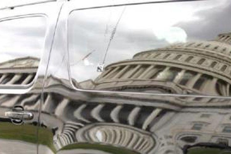 Bayangan gedung Capitol pada sebuah mobil yang diparkir di pelataran gedung di Washington, DC (28/9).
