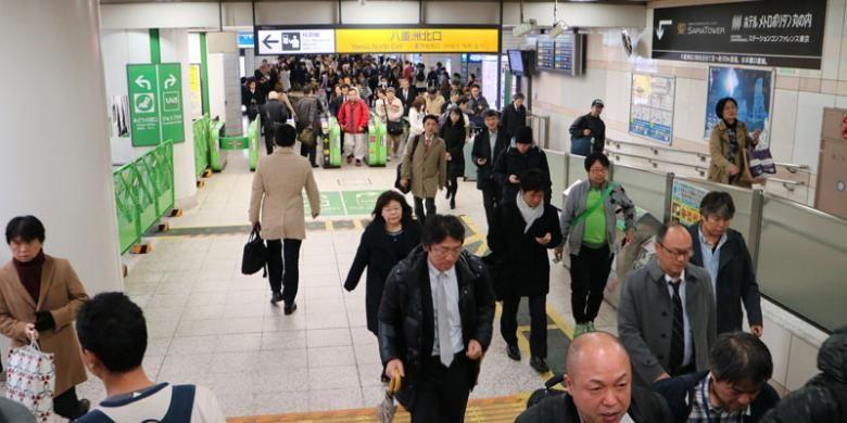 Penumpang kereta api di Stasiun Tokyo, Jepang, Kamis (1/12/2016).