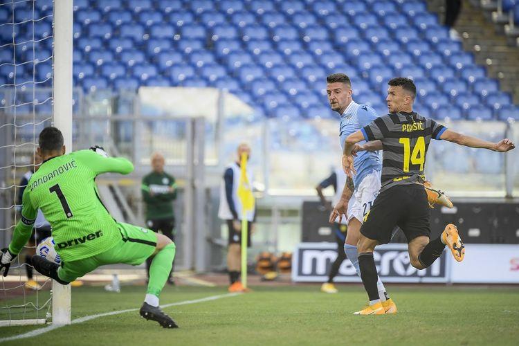 Gelandang Lazio Sergej Milinkovic-Savic mencetak gol sundulan melewati kiper Inter Milan Samir Handanovic (kiri) meskipun dijaga gelandang Inter Milan Ivan Perisic (kanan) dalam pertandingan Serie A Italia Lazio vs Inter pada 4 Oktober 2020 di Stadion Olimpico Roma.