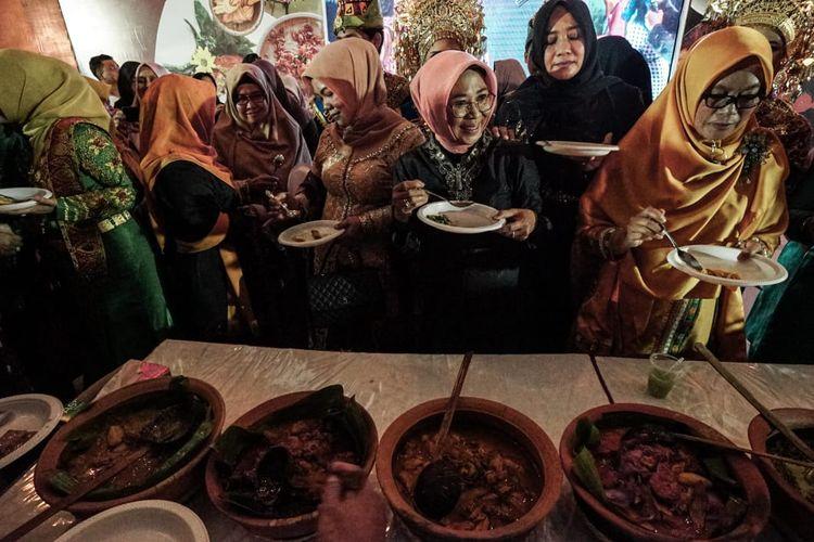 Tenaga Ahli Menteri Pariwisata Bidang Management Calender of Event (CoE) Esthy Reko Astuti (kerudung pink) saat pembukaan gelaran Aceh Culinary Festival (ACF) di Taman Ratu Safiatuddin Banda Aceh, Jumat (5/7/2019) .