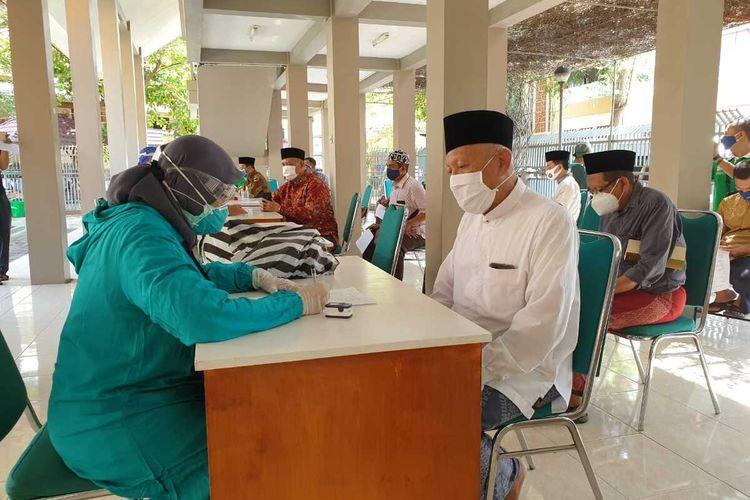 Pengasuh Pesantren Tebuireng KH. Abdul Hakim Mahfudz mengikuti rapid test antigen di Pesantren Tebuireng, Jombang, Jawa timur, Minggu (27/9/2020).