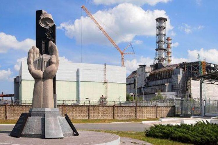 Monumen peringatan tragedi Chernobyl dan sisa reaktor nomor empat yang meledak pada 26 April 2016.
