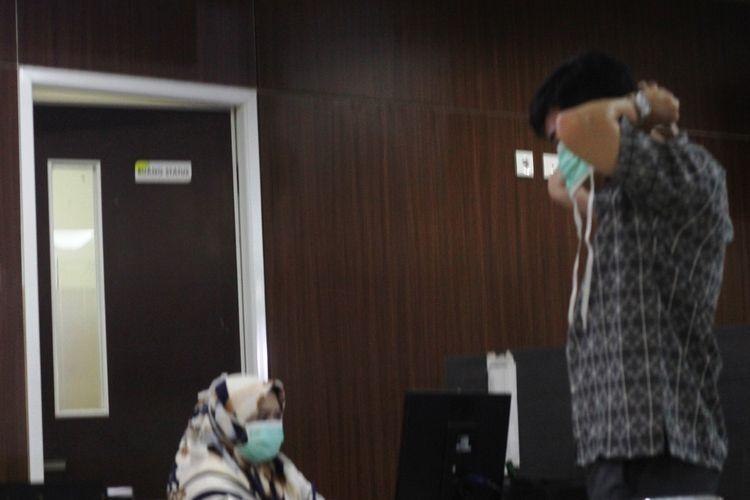 Seorang pengunjung tengah mengenakan masker di RS Dr. Hafiz Cianjur, Jawa Barat. Di rumah sakit ini, seorang pasien diduga suspect virus corona tengah diisolasi di ruangan khusus.