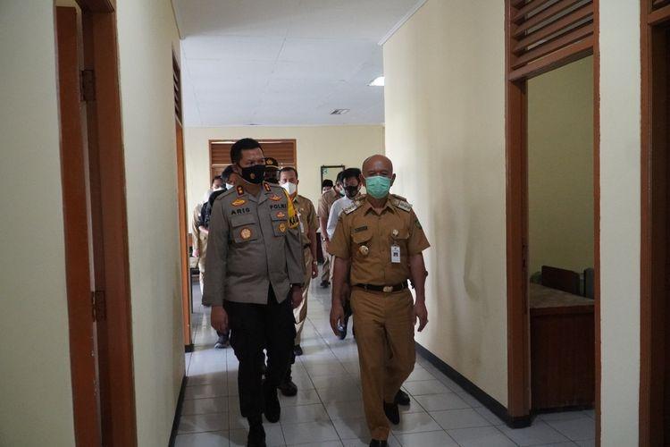 Bupati Jepara Dian Kristiandi mengecek kesiapan lokasi isolasi mandiri di kampus Undip di Desa Telukawur, Kecamatan Tahunan, Jepara, Senin (14/6/2021) siang
