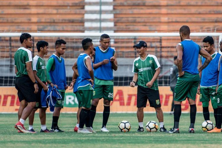 Tim pelatih dan pemain Persebaya Surabaya berlatih di Stadion Gelora Bung Tomo.