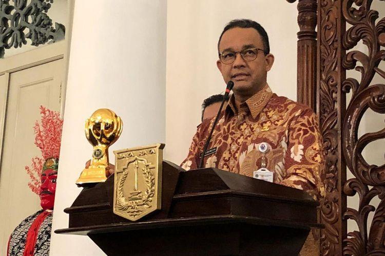 Gubernur DKI Jakarta Anies Baswedan menunjukkan piala Universal Health Coverage (UHC) JKN (Jaminan Kesehatan Nasional) - KIS (Kartu Indonesia Sehat) Award di Balai Kota, Kamis (24/5/2018).