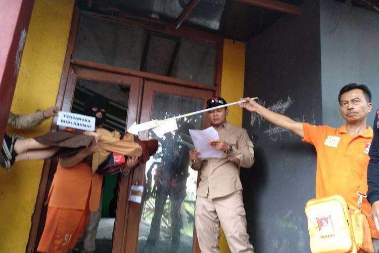 Budi Rahmat (45) tersangka pembunuhan anak kandungnya sendiri DS (13), siswi SMPN 6 Tasikmalaya yang tewas di gorong-gorong sekolah saat melakukan rekonstruksi di dua lokasi kejadian, Kamis (12/3/2020).