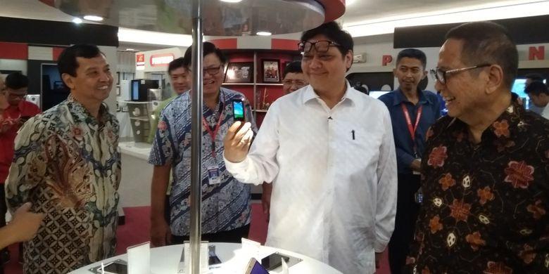 Menteri Perindustrian ketika melihat salah satu produk Polytron berupa ponsel berfitur sederhana (feature phone) di salah satu pabrik Polytron di Kudus, Senin (4/6/2018).