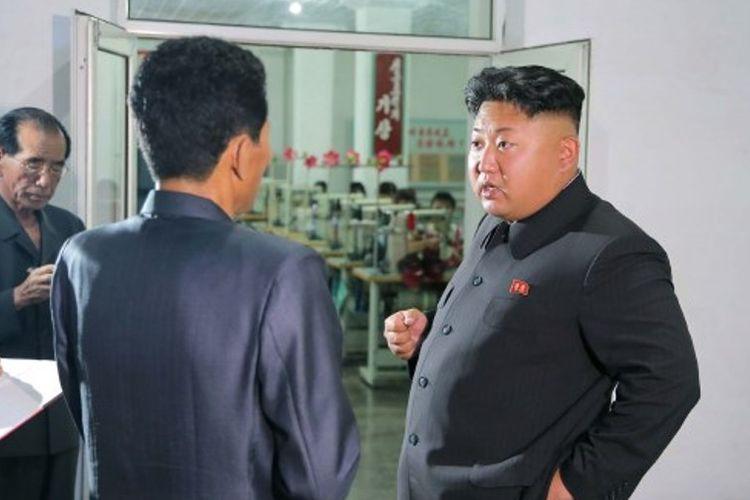 Foto tanpa tanggal yang dirilis kantor berita Korea Utara KCNA menampilkan Presiden Kim Jong Un tengah berkunjung ke sebuah pabrik sepatu di provinsi Kangwon.