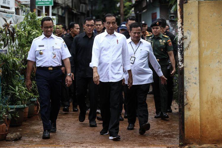 Presiden Joko Widodo beserta Gubernur DKI Jakarta, Anies Baswedan tiba untuk memberikan pengarahan kegiatan Pemodalan Nasional Madani alias PNM di Lapangan Bola Perisma, Kelurahan Kalianyar, Kecamatan Tambora, Jakarta Barat, Rabu (8/1/2019).