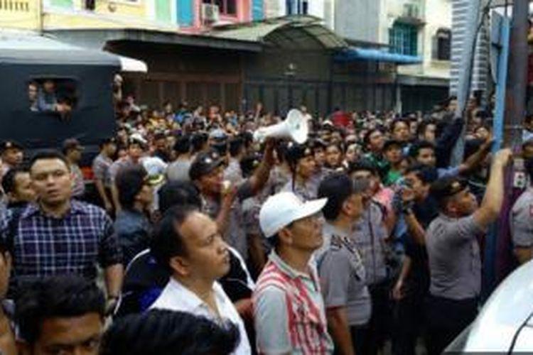 Ratusan warga menyaksikan penggeledahan di rumah tersangka Syamsul yang dituduh melakukan penganiayaan dan pembunuhan PRT di Medan.