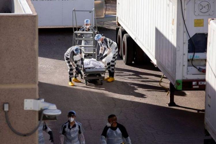 Para tahanan dikerahkan untuk bekerja di truk-truk penyimpan jenazah di El Paso, kota yang menjadi salah satu pusat wabah Covid-19 di Amerika Serikat (AS).