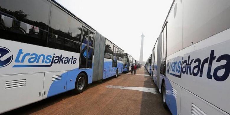 Deretan bus transjakarta yang baru saat upacara peresmian oleh Gubernur dan Wakil Gubernur DKI Jakarta Basuki Tjahaja Purnama dan Djarot Syaiful Hidayat di Silang Monas, Jakarta Pusat, Senin (22/6). Sebanyak 20 unit bus gandeng baru merek Scania segera dioperasikan PT Transportasi Jakarta pertengahan Juli mendatang. Selanjutnya, 31 unit lainnya akan menyusul pada akhir Desember 2015. Kemarin, juga diluncurkan 1 unit bus tingkat wisata baru hasil kerja sama dengan Coca Cola Indonesia serta layanan call centre Transjakarta 1500-102.