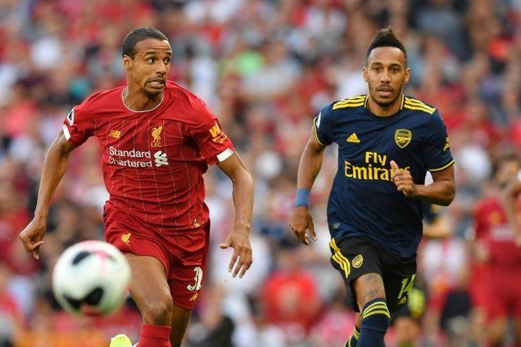 Bek Liverpool, Joel Matip (kiri) berupaya mengejar bola bersama striker Arsenal, Pierre-Emerick Aubameyang, pada laga Liverpool vs Arsenal di Stadion Anfield, Sabtu (24/8/2019).