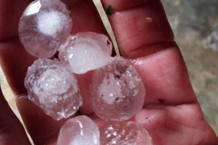 Seorang warga menunjukkan butiran es ditangannya, butiran tersebut sebesar ukuran kelereng atau ukuran jempol orang dewasa. Butiran es tersebut dikumpulkan setelah peristiwa hujan es terjadi pada Minggu (7/7/2019) siang.  Artikel ini telah tayang di Kompas.com dengan judul Hujan Es Sebesar Kelereng di Aceh Tengah, Bagaimana Bisa Terjadi?, https://regional.kompas.com/read/2019/07/07/18591191/hujan-es-sebesar-kelereng-di-aceh-tengah-bagaimana-bisa-terjadi.  Penulis : Kontributor Kompas TV Aceh, Raja Umar Editor : Khairina