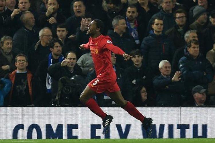 Gelandang Liverpool asal Belanda, Georginio Wijnaldum, melakukan selebrasi setelah mencetak gol ke gawang Chelsea pada pertandingan Premier League di Anfield, Liverpool, Selasa (31/1/2017).