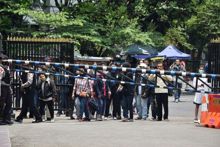 para orangtua pedemo datangi Polrestabes Bandung meminta anaknya dikembalikan, Kamis (8/10/2020).