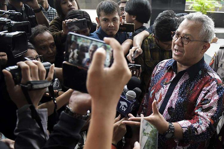 Ketua KPU Arief Budiman menjawab pertanyaan wartawan saat tiba di gedung KPK untuk menjalani pemerikaan di Jakarta, Selasa (28/1/2020). KPK memeriksa Arief Budiman sebagai saksi dari tersangka mantan Komisioner KPU Wahyu Setiawan dalam kasus dugaan korupsi penetapan pergantian antar waktu anggota DPR periode 2019-2024.