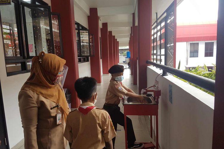 Uji coba sekolah tatap muka di SDN Palmerah 03, Jakarta Barat, Rabu (7/4/2021).