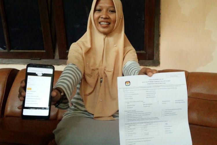 Umi Kulsum, santri Pondok Al-Ghozali di lingkungan Pesantren Bahrul Ulum Tambakberas Jombang, menunjukkan namanya terdaftar dalam DPT Pemilu 2019, Selasa (19/2/2019). Sebagai santri yang jauh dari tempat tinggalnya, Umi Kulsum telah mengantongi Form A5 sebagai dokumen untuk memilih di Kabupaten Jombang.